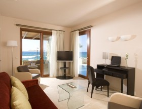Sea front suite-living room